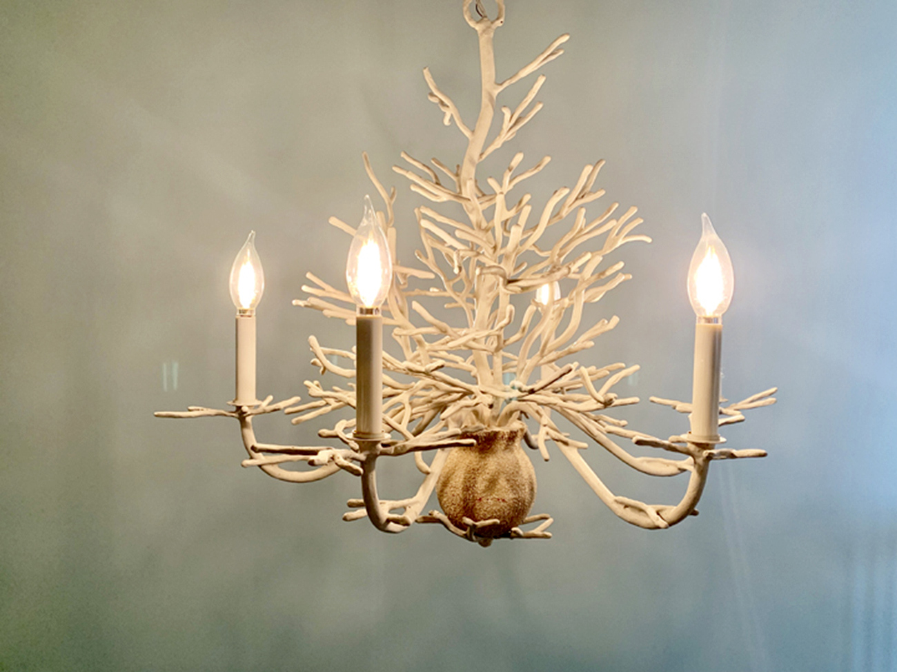 Coral chandelier with 5 lights for the stairwell in a beach house